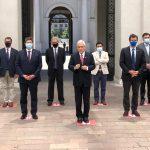 Sonriendo y rodeado de hombres: Presidente Piñera dice que «echa de menos» la paridad de género